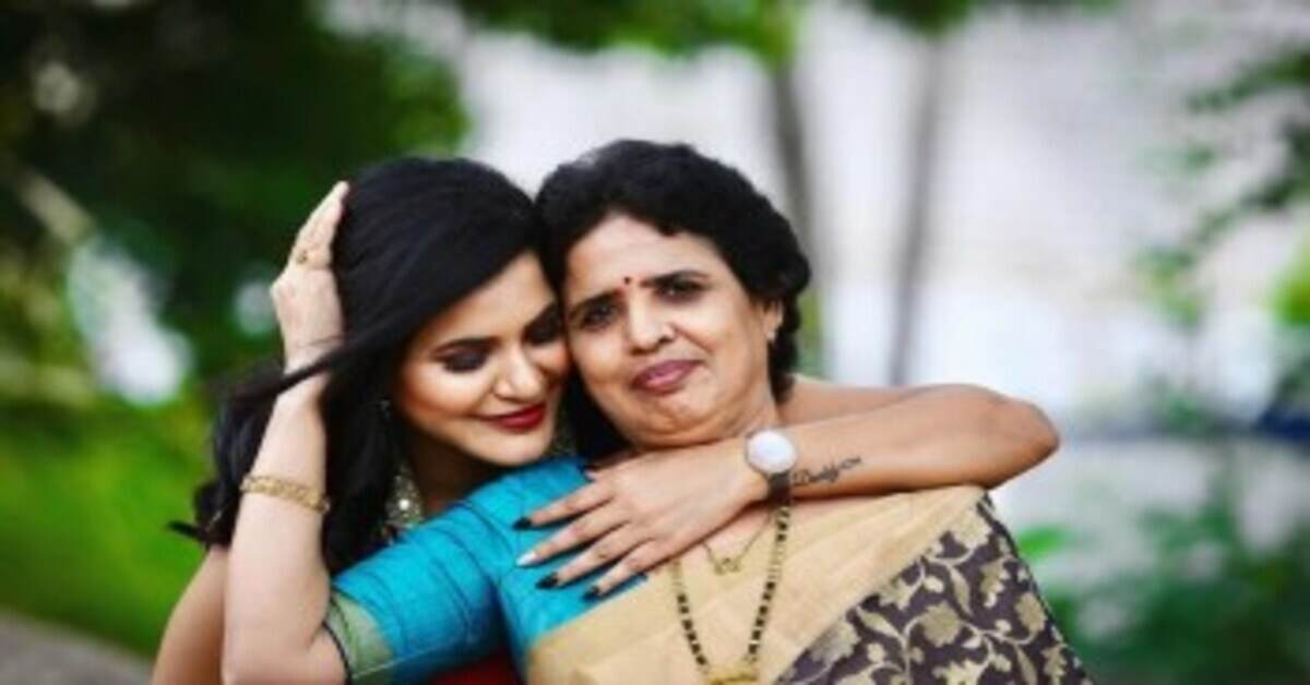 Ashu Reddy With her Mother 2